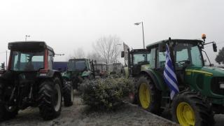 Стачкуващи фермери блокират пътища в Гърция