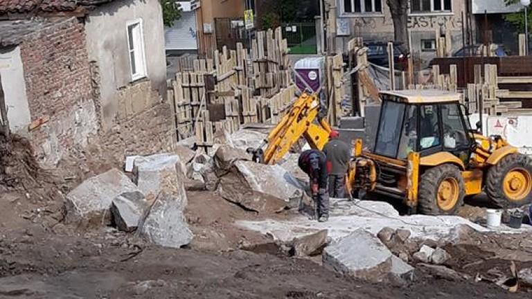 Стопанска постройка рухна върху техника за хиляди левове