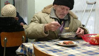 БЧК раздава храни на социално слаби