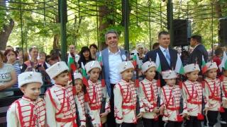 """""""Дядо вади ряпа"""" чете Плевнелиев на деца в Пловдив"""
