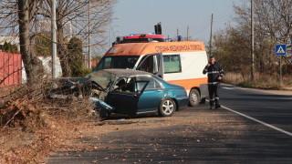 Кола изхвърча от пътя и изкорени дърво