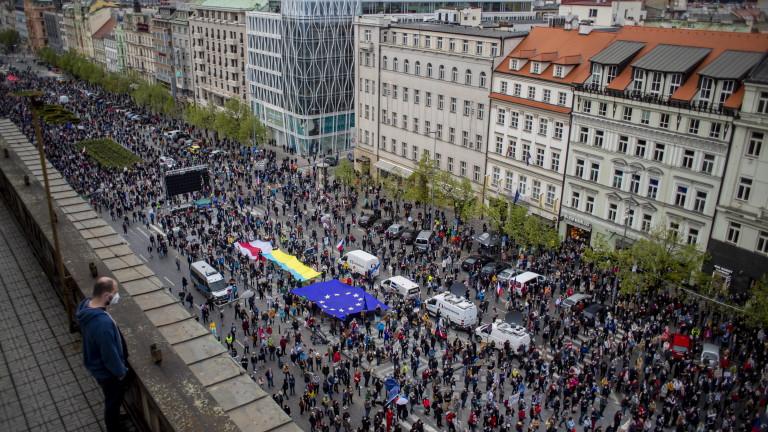 В Прага и десетки други градове на Чехия гражданите излязоха