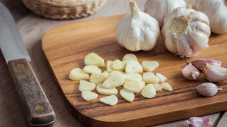 Лесен трик, за да се отървем от аромата на чесън по кухненската дъска