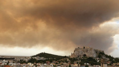 Самолети, хеликоптери и пожарни коли гасят пожар в гора до Атина