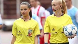 Секси съдийки предизвикаха фурор в родния футбол (СНИМКИ)