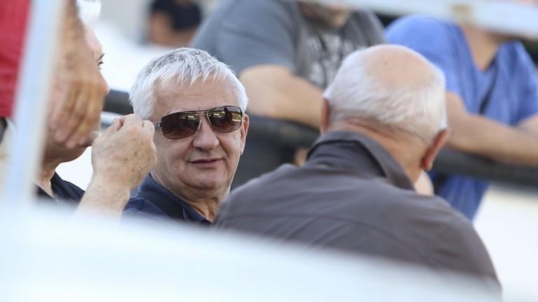 Крушарски даде по две заплати на футболистите