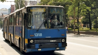 Тролей се заби в стълб в София, трима пострадали