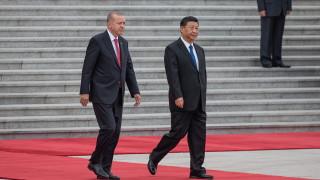 С балетна стъпка и розови очила, Ердоган кацна в Пекин