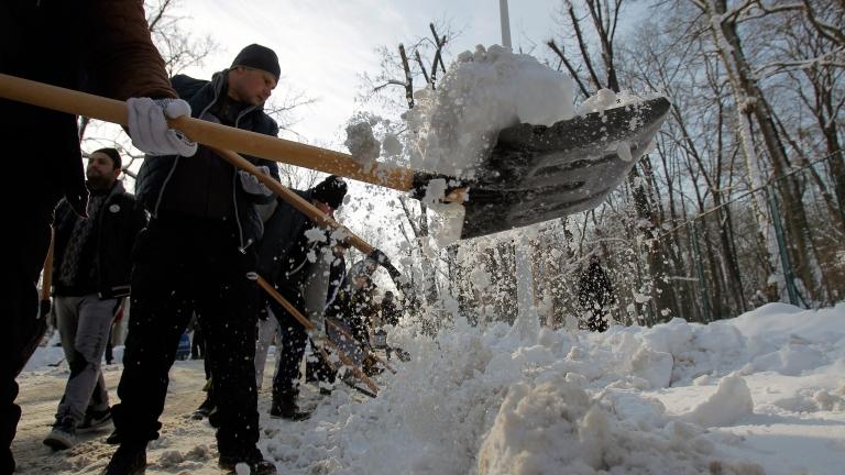Обилният снеговалеж блокира нашенци в Букурещ