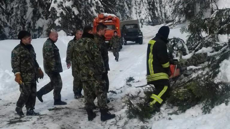 Блокираните в снежен капан в Родопите на Върховръх и село