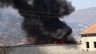Черен дим покри Шумен заради тонове изпепелени гуми