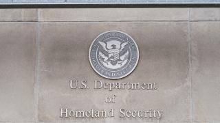 858 имигранти получили погрешка американско гражданство