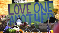 Изпълнителят на Батман посети ранените при стрелбата в Колорадо