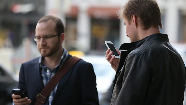 САЩ глобява и изпраща в затвора пешеходците, които си гледат в телефона