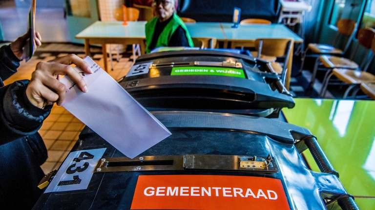 Холандците гласуват на местни избори и на референдум, съобщава АФП.