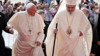 Папата и румънският патриарх в общо моление, с православен и католически хор