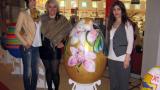 Помагат на сираци с гигантски великденски яйца