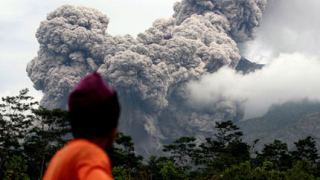 11 жертви на вулкан в Индонезия