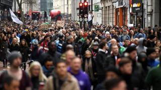 Великобритания ваксинира с една доза всички на възраст над 50 г. и рисковите групи