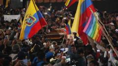 Освободиха полицаите в Еквадор, но ги накараха да носят ковчег на убит протестиращ