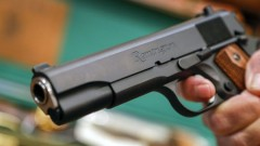 Мъж насочил пистолет срещу 19-годишен заради 100 лв.