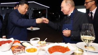 Путин пие водка със Си Дзинпин и показва завод на Шиндзо Абе: Най-интересното от Източния икономически форум (ГАЛЕРИЯ)
