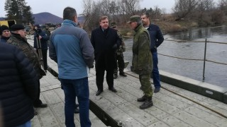 Премахват временния мост край Червен бряг