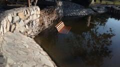 Вандали хвърлиха пейка в езерото на старозагорски парк