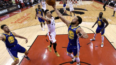 Голдън Стейт Уориърс измъкна победа в Торонто и удължи финалната серия в НБА