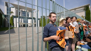 Протестиращи за климата се оковаха под прозорците на Меркел