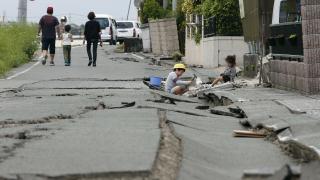 Хиляди японци нощуваха извън домовете си, десетки остават под руините