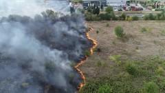 Пожар бушува до летището в Стара Загора