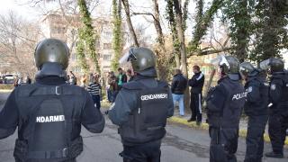 Група мъже млатиха полицаи с лопати в Асеновград