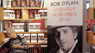 """Боб Дилън се държи """"невъзпитано и арогантно"""", изригнаха от Нобеловия комитет"""