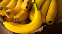 Тийнейджъри задигнаха близо 100 кг банани от пазар в Търговище