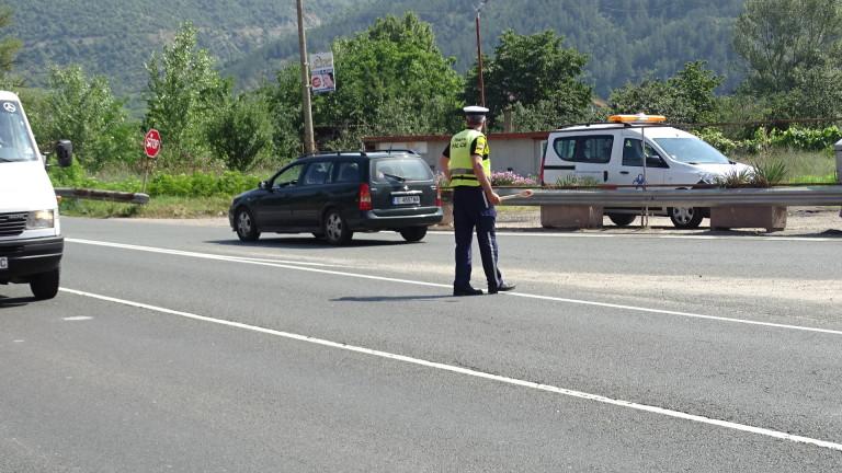 Аварирал ТИР блокира пътя за Симитли