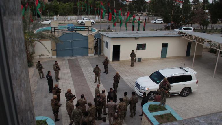 След армията на САЩ и западните посолства напускат Кабул