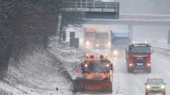 230 машини работят срещу заледяването по пътищата
