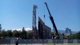 Горя кранът, започнал да демонтира паметника пред НДК