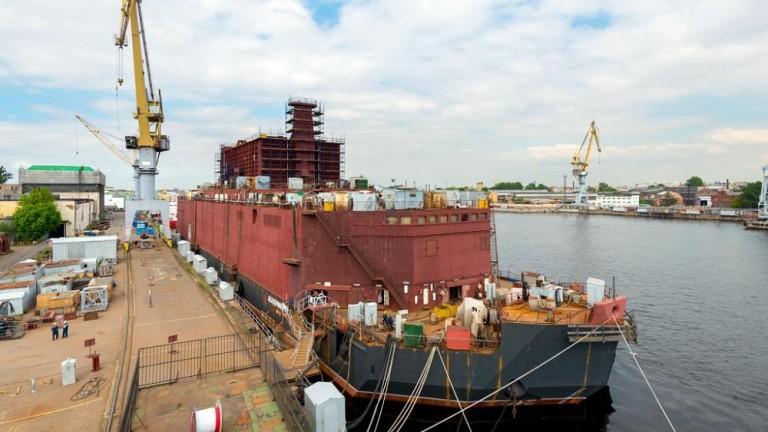 Първата плаваща атомна електроцентрала Академик Ломоносов, разположена в полустров Чукотка