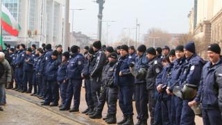 Двама са полицаите, пострадали при мелето пред МРРБ