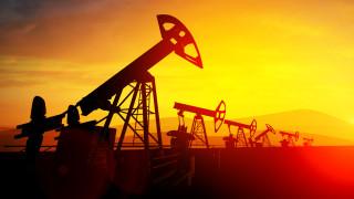 Цените на петрола започват седмицата със спад
