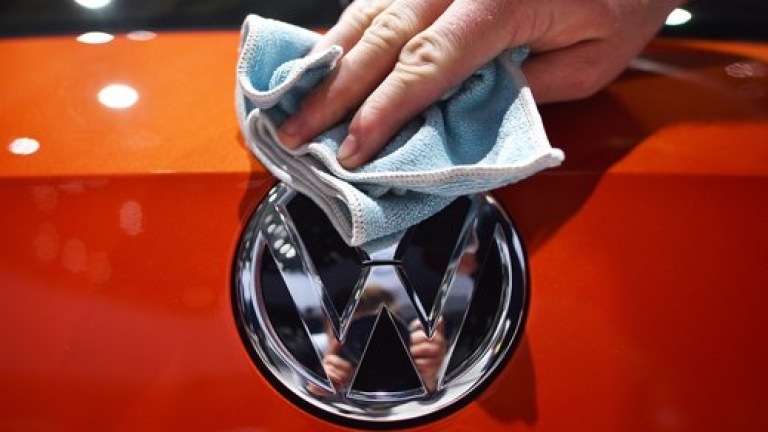 Volkswagen освобождава служителите си в Германия. За един месец