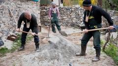 """Участниците от """"Фермата"""" строят чешми и пейки в местността Живата вода"""