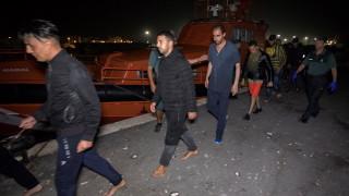 Албански кораб спаси 111 мигранти в Егейско море, върна ги на Турция