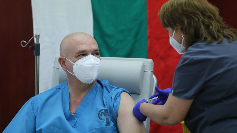 Началникът на ВМА проф. Венцислав Мутафчийски си постави втората доза