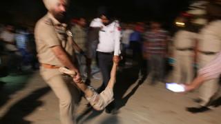 Влак гази хора в Индия, десетки загинали и стотици ранени