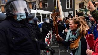 Хиляди протестират в Берлин срещу плановете на Меркел за COVID ограничения