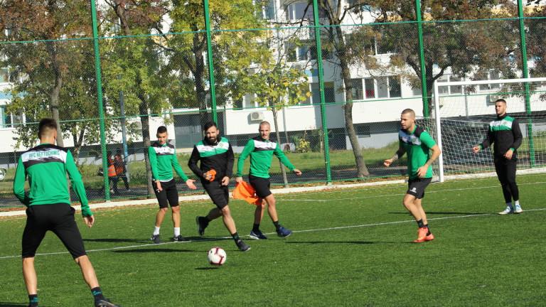 С група от 18 футболисти отборът на Нефтохимик замина за