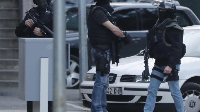Заложническа драма в банка във Франция